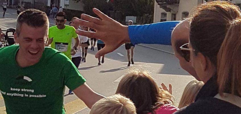 Hände abklatschen  - Patric läuft für CDKL5 den Greifensee-Halbmarathon